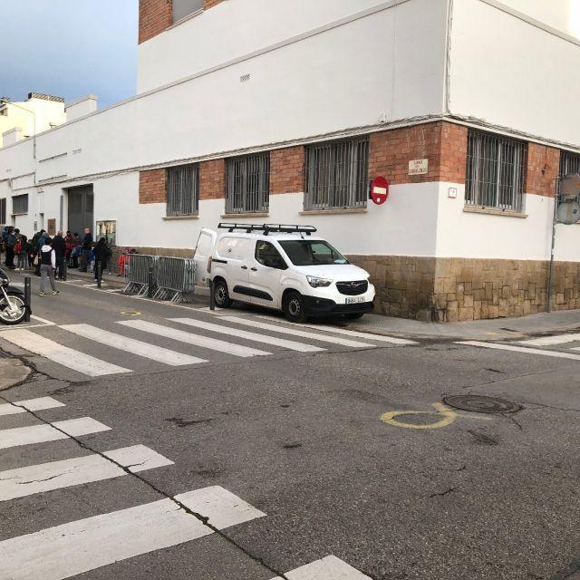 Avui al matí tocava descarregar material electoral a l'escola. I, altra vegada, és menys important fer malbé la vorera, impedir el pas de cotxets, cadires de rodes, infants, àvies… vianants que no pas fer una parada d'uns pocs minuts en un gual del davant de la porta. Per no entrar en si cal fer-ho coincidint amb l'entrada dels infants a l'escola.  @sabadell_cat @socmartafarres @revolta_escolar_cat #revoltaescolar @radiosabadell @diaridesabadell @petitsabadell @isabadell @julifernandezoli #caminsescolars #incivisme #incivismeinstitucional  @avlacreualta #ampessabadell #afessabadell @eltallaret @ampacreualta @ampasamuntada @ampafontrosella @llampsitrons  @juntsxsabadell @erc_sbd @pscsabadell @cupsabadell @sabadellencomu @lourdesciuro